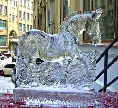 Скульптура единорога изо льда